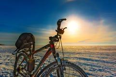 Paysage d'hiver avec une bicyclette Le fleuve Ob, Sibérie occidentale, R Photo stock