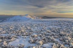Paysage d'hiver avec vue sur l'accidenté à montagneux photo stock