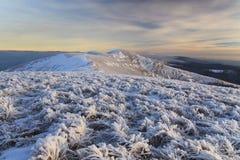 Paysage d'hiver avec vue sur l'accidenté à montagneux photos stock