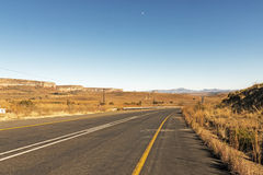 Paysage d'hiver d'Asphalt Road Running Through Dry dans Afric du sud photos stock