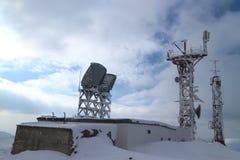 Paysage d'hiver dans la montagne couronnée de neige : station météorologique scientifique photo libre de droits