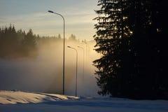 Paysage d'hiver dans le secteur de montagne au coucher du soleil Photo stock