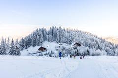Paysage d'hiver dans les montagnes de Bucegi, Roumanie La hutte de montagne de Diham est une base de touristes image stock