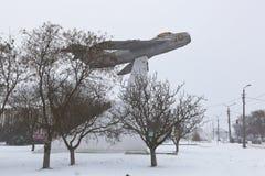 Paysage d'hiver dans une tempête de neige avec un monument à l'Armée de l'Air Images libres de droits