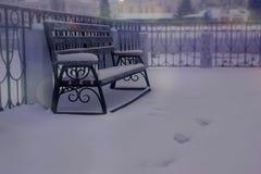 Paysage d'hiver de la ville Voies menant au banc Photographie stock libre de droits