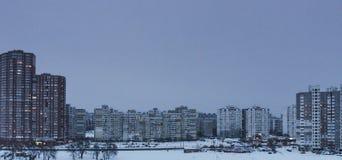 Paysage d'hiver de lac et de ville congelés, jour, extérieur Photo stock