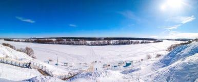Paysage d'hiver de Ponarama de nature La rivière Oka congelé et couvert de neige En nature en hiver en Russie clear images libres de droits