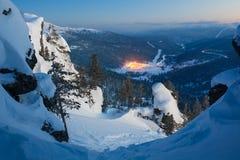 Paysage d'hiver de soirée dans les montagnes Photos libres de droits