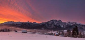 Paysage d'hiver des montagnes de la Pologne Tatra et de la crête de Giewont Dessus polonais célèbre de Ski Resort Zakopane From T Image stock
