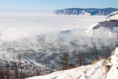 Paysage d'hiver du lac Baïkal Début de la rivière d'Angara Photos stock