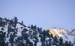 Paysage d'hiver en montagne mal Photographie stock libre de droits