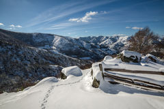 Paysage d'hiver, montagnes couronnées de neige et barrière Photographie stock