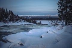 Paysage d'hiver, rivière congelée près de cascade de Tannforsen photo stock