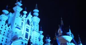 Paysage d'imagination avec le château de conte de fées la nuit avec le ciel de nuage au fond clips vidéos