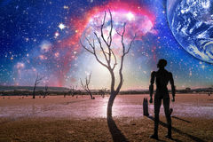 Paysage d'imagination de l'avenir - silhouette de personne se tenant dessus Photos stock