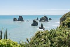 paysage d'océan avec des roches tirant hors de l'eau Photographie stock