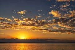 Paysage d'océan avec le coucher du soleil vibrant photos libres de droits