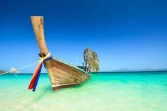Paysage d'océan de la Thaïlande avec le bateau photographie stock libre de droits
