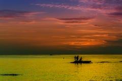 Paysage d'océan au coucher du soleil Silhouettes des pêcheurs Photo stock