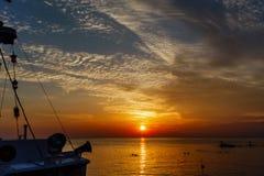Paysage d'océan au coucher du soleil Silhouettes des pêcheurs et de la pêche Image stock