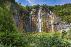 Paysage d'une belle roche avec une cascade sous la SK bleue Image libre de droits