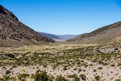 Paysage d'une vallée aride dans les montagnes andines image stock