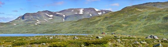 Paysage d'une vallée pierreuse avec des montagnes à l'arrière-plan Image stock