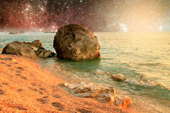 Paysage d'univers de la planète étrangère avec de l'eau dans l'espace lointain Photo libre de droits