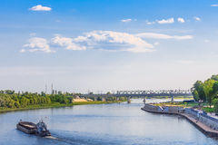 Paysage dans Gomel De péniche une navigation dedans sur la rivière de Sozh Arbres verts, ciel bleu, l'eau Photos libres de droits