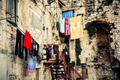 Paysage dans la vieille partie de la ville affichant le jour de blanchisserie photographie stock libre de droits