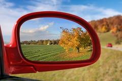 Paysage dans le miroir de voiture - série d'automne photos libres de droits