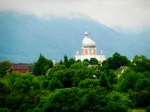 Paysage de  de Ð avec une église, les montagnes et le brouillard photographie stock