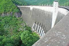 Paysage de barrage de Bhumibol dans la province de Tak, Thaïlande photographie stock libre de droits