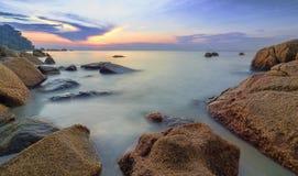 Paysage de beauté avec le soleil se levant au-dessus de la mer Images stock