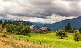 Paysage de Beautuful près de village de Yasinya Montagnes carpathiennes Image libre de droits