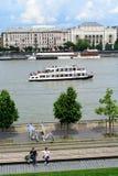 Paysage de Budapest et de Danube avec des touristes images stock