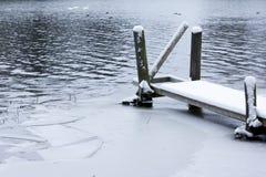 Paysage de calme d'hiver sur une rivière avec cygnes et pilier blancs La Finlande, rivière Kymijoki photographie stock
