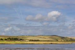 Paysage de campagne avec le ciel bleu photo stock