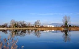 Paysage de campagne avec le lac et les montagnes sur le fond Provence, France du sud photographie stock libre de droits