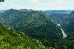 Paysage de chaîne de Pieniny et de rivière de Dunajec en Pologne du sud photographie stock