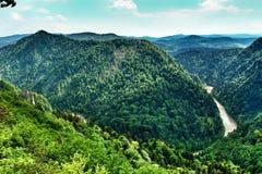 Paysage de chaîne de Pieniny et de rivière de Dunajec en Pologne du sud photographie stock libre de droits