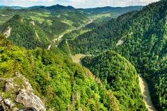 Paysage de chaîne de Pieniny et de rivière de Dunajec en Pologne du sud photos libres de droits