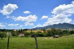 Paysage de ciel bleu et de montagnes Images libres de droits