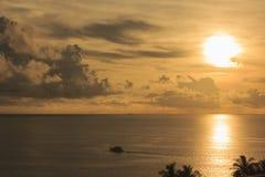 Paysage de ciel nuageux et de mer qui a un bateau sur l'eau de mer Image libre de droits