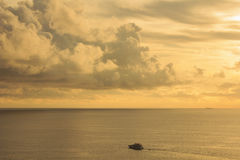 Paysage de ciel nuageux et de mer qui a un bateau sur l'eau de mer Photographie stock libre de droits