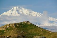 Paysage de colline avec la montagne d'Ararat au fond Photographie stock