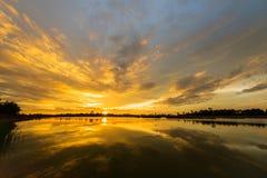 Paysage de coucher du soleil au-dessus du lac Photographie stock