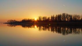 Paysage de coucher du soleil au-dessus du Lac Balaton dans une soirée d'automne en Hongrie photo libre de droits
