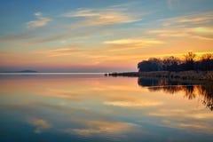 Paysage de coucher du soleil au-dessus du Lac Balaton en Hongrie, automne égalisant la lumière photographie stock libre de droits