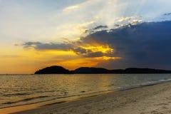 Paysage de coucher du soleil coloré sur la plage tropicale d'île de paradis image stock